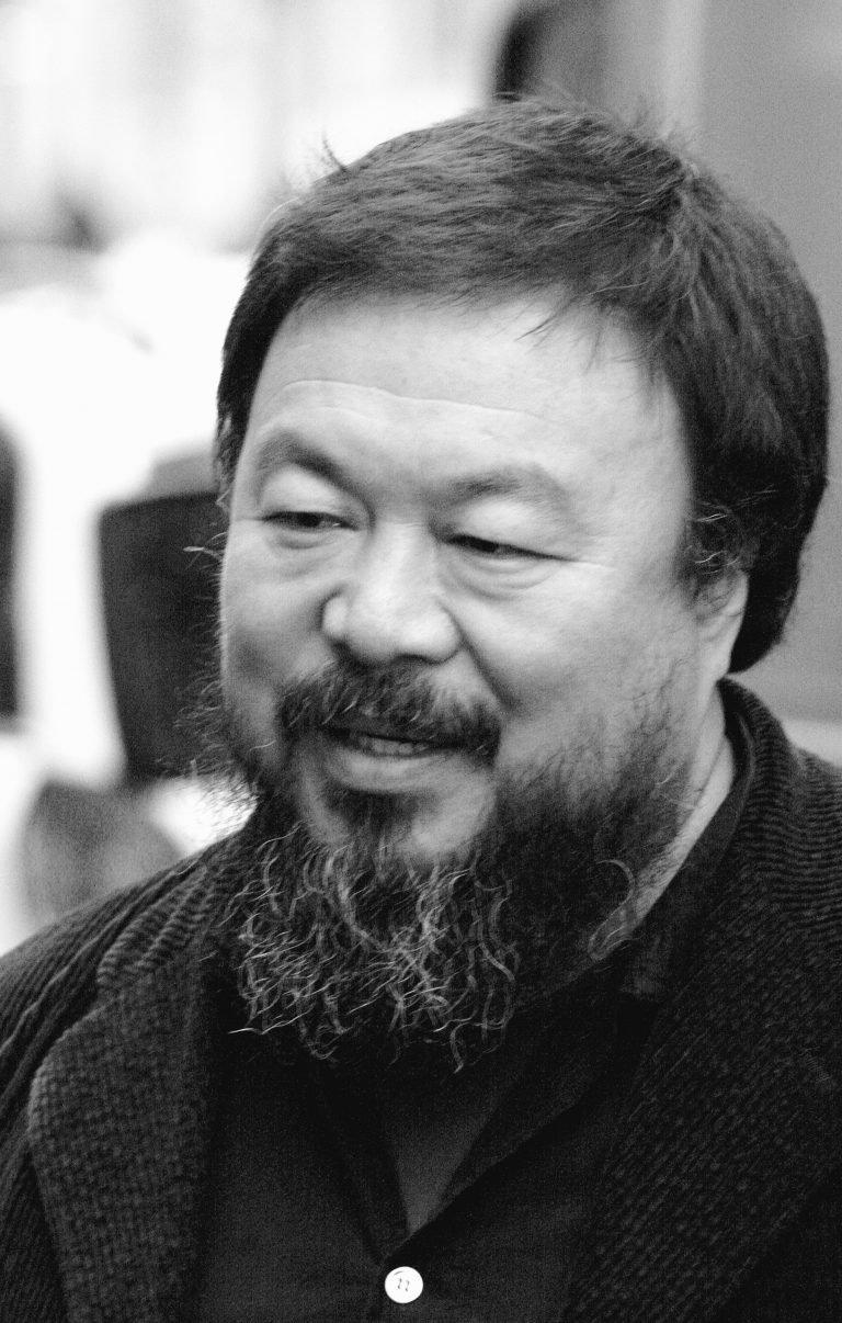 艺术家、导演艾未未,作品包括《老妈蹄花》(2009),《人流》(2017), 《加冕》(2020),纽约,2006