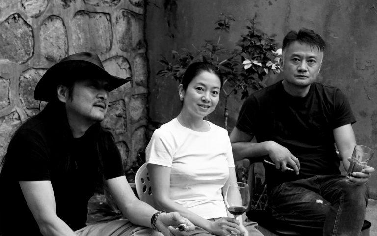 导演张扬,岳敏君的妻子渝儿和曹卫宇,在岳敏君的住所,大理,2015