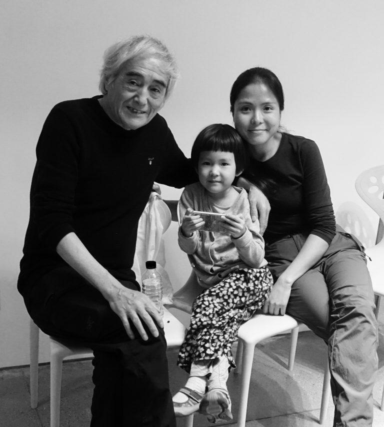 诗人芒克与家人在岳敏君的住所,大理,2017