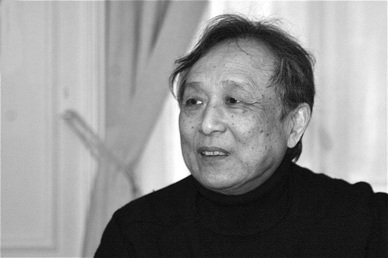 高行健,居住在法国的中国作家。他于2012年获得诺贝尔文学奖。他是20世纪80年代初在北京有影响力的先锋派剧作家。照片摄于他在巴黎的公寓,2008年。