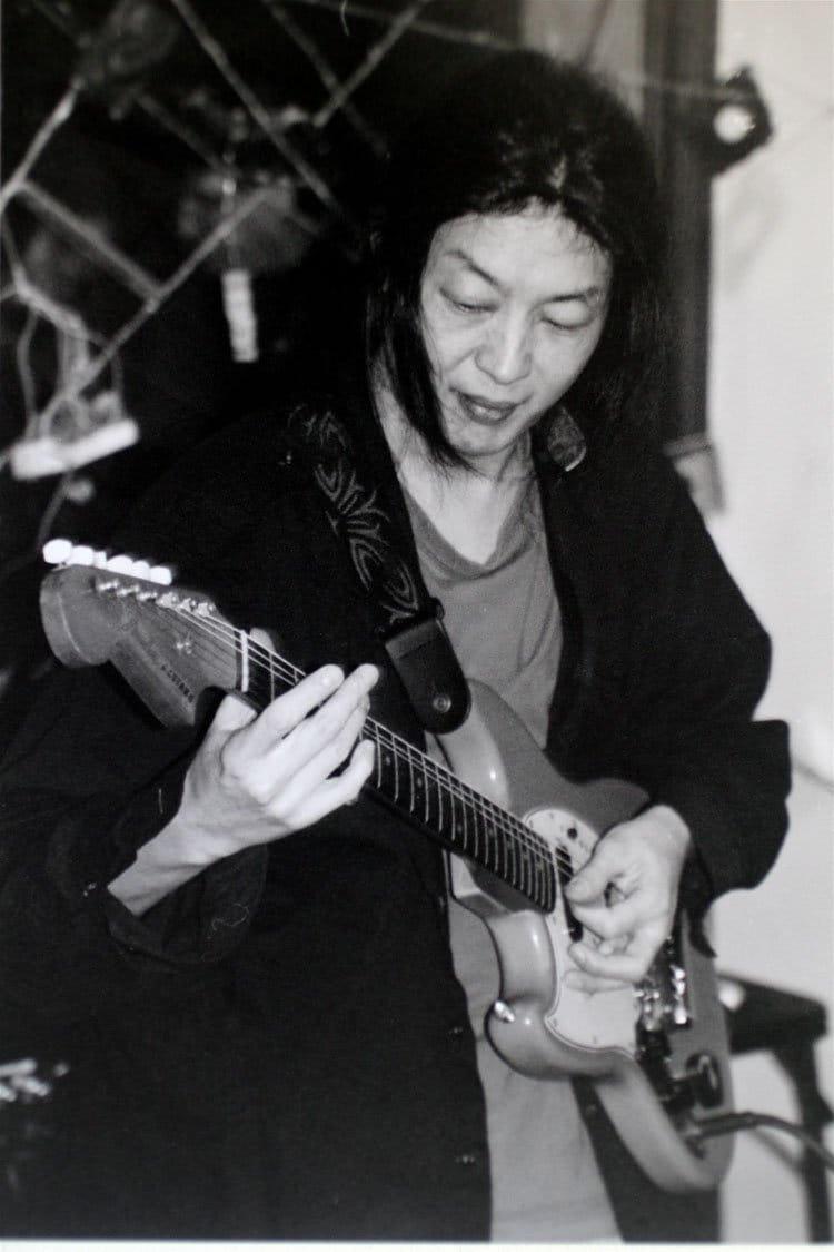 方科,中国重要的摇滚音乐人,在纽约市的艺术展览上表演,2004年。