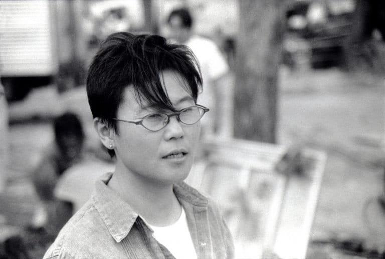 李少红是中国第五代电影导演中的重要女性导演。她的电影《血色清晨》(1990年)和《红粉》(1994年)赢得了许多国际奖项。照片是在拍摄她的一部电影时拍摄的,北京,2002年。