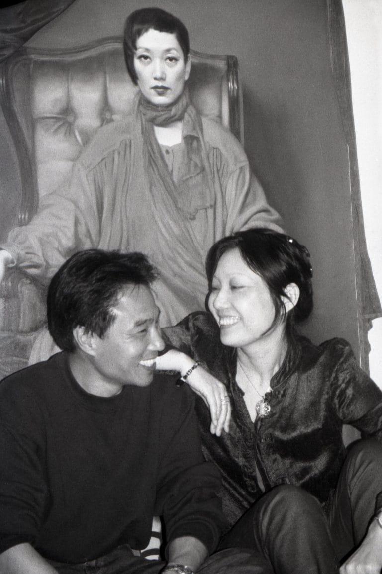 诗人、艺术家严力与作家、作曲家、歌手刘索拉一起,在索拉的公寓,纽约,2000