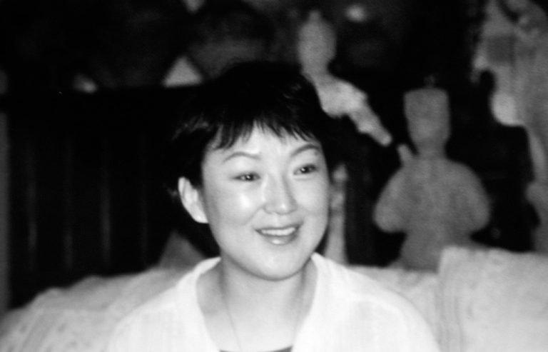赵燕英是一位纪录片导演,曾在北京电视台工作。照片是在她的公寓里拍摄的,当时她正在讨论诺曼-斯宾塞组织的关于新兴艺术家和金田作家的独立电影项目,2001年,北京。