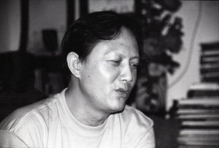 周舵是一位重要的知识分子,曾在北京大学任教。他的妻子是纪录片导演赵燕英。照片是在他的公寓里拍摄的,当时他正在讨论诺曼-斯宾塞组织的关于新兴艺术家和金田作家的独立电影项目,2001年,北京。