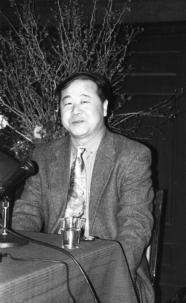 """莫言,小说家和短篇小说家,于2012年获得诺贝尔文学奖。他与1980年代的 """"高文化热 """"有关。张艺谋的重要电影《红高粱》(1987)是根据他的小说改编的。 纽约市,2014。"""