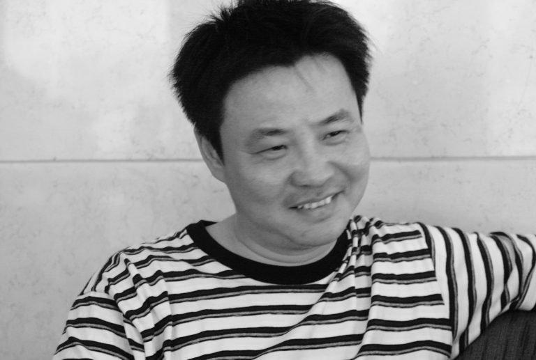 余华是一位享誉国际的先锋派小说家和短篇小说家,对中国当代文化有重大影响。他是贾樟柯的纪录片《一直游到海水变蓝》(2020)的人物之一,北京,2009。