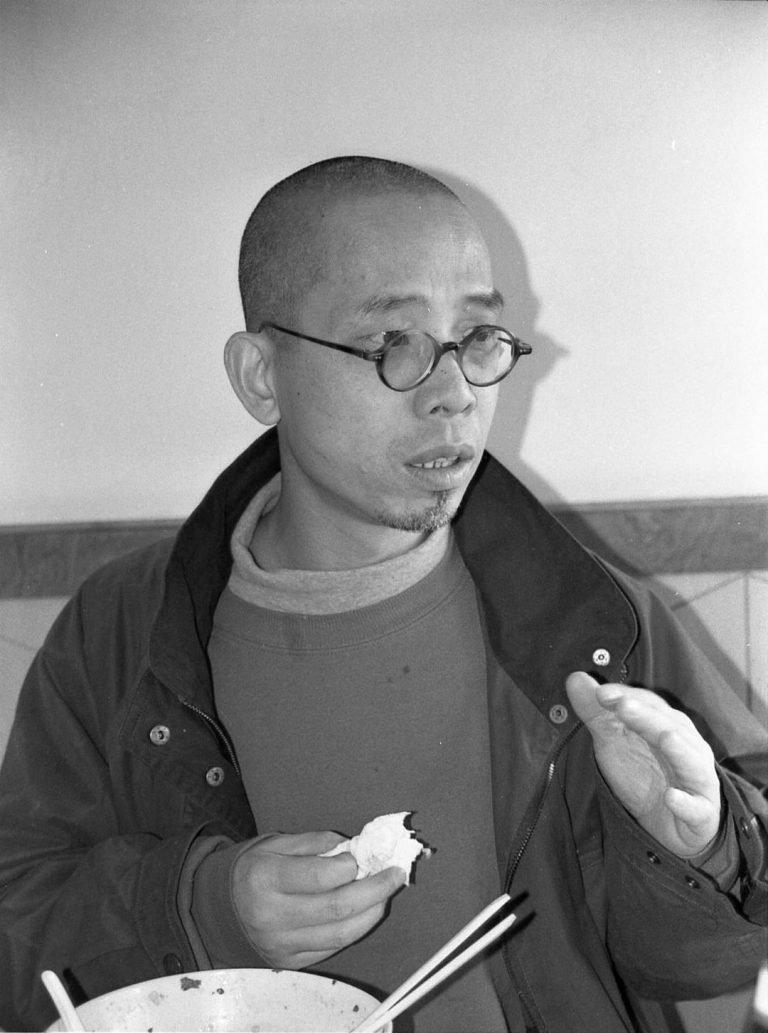 吴文光在餐厅,《流浪北京》(1990)《江湖》(1999)导演,北京,2001