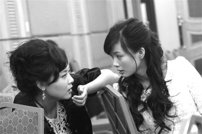 两位女演员在朱质冰组织的宣传活动中。 朱质冰是王小帅的密友,2014年,北京。
