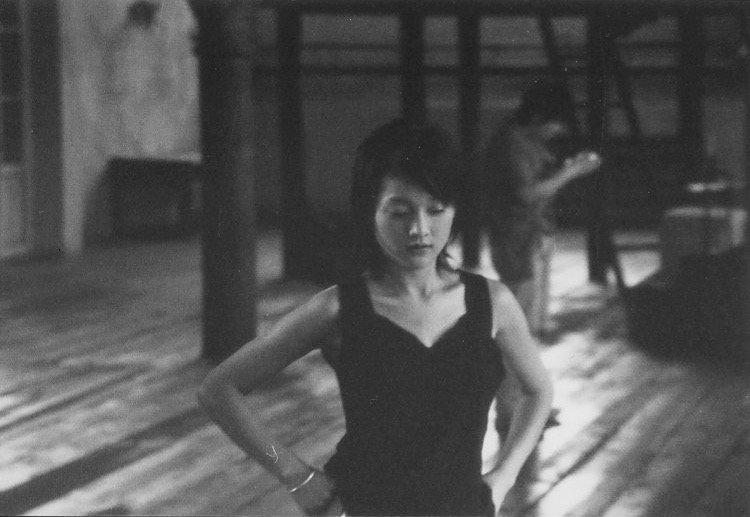 周迅,娄烨著名独立电影《苏州河》的女主角。照片拍摄于李少红的一部电影的拍摄现场,北京,2002年