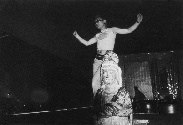 爵士歌手Coco在《我们害怕》(2002)中扮演自己,上海,2002
