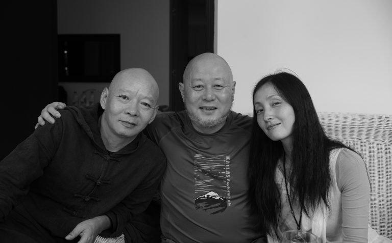 艺术家岳敏君,歌手火风和演员陶虹,在岳敏君的住所,大理,2015