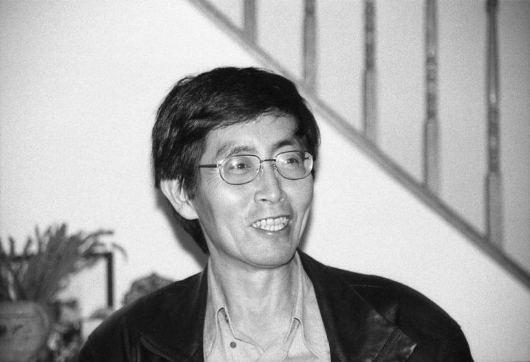 北岛,国际知名诗人、《《今天》编辑,他的写作激励了他那一代人和1980年代的学生活动家。纽约,2000
