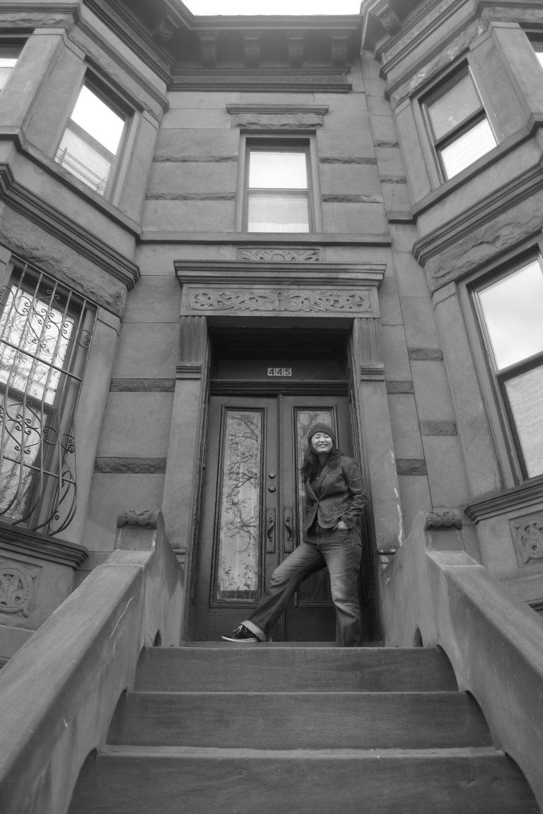 杨荔钠在纽约布鲁克林Norman和筱剑的房子前,她在2013年获得亚洲委员会奖学金期间住在那里