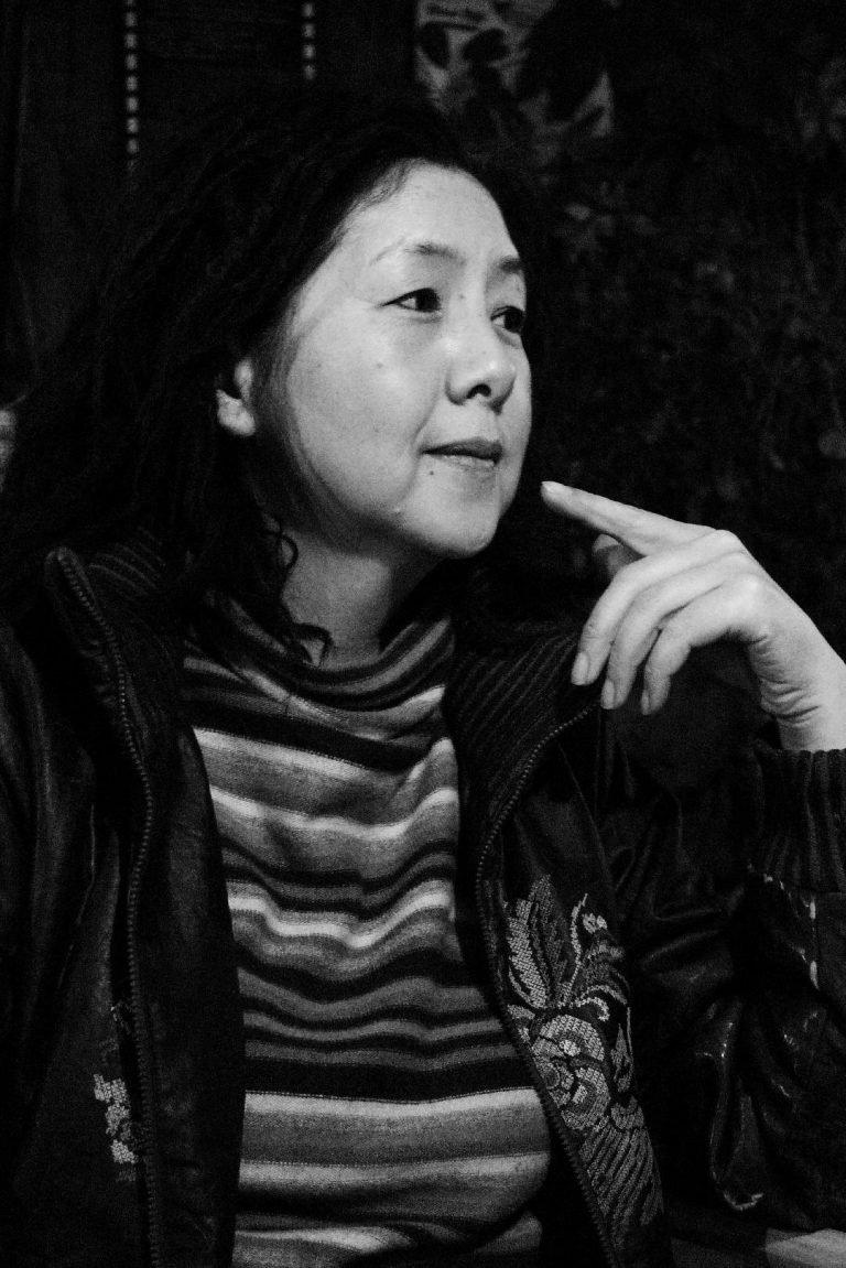 刘晓津是首批女性纪录片导演之一。她曾为昆明的电视台拍摄独立的人种学电影和电影。她的早期影片之一《寻找眼镜蛇》(1999)记录了北京女性艺术家的生活。照片拍摄于昆明,2011年。
