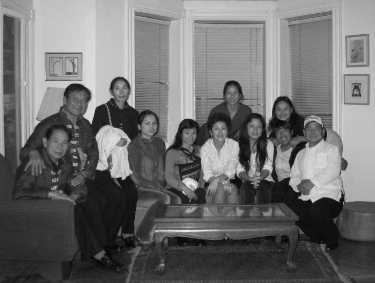 在Norman家的合影。刘晓津和筱剑与元盛工作室的少数民族歌手和舞蹈演员,布鲁克林,2009年。